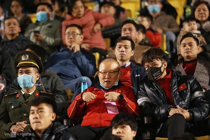 HLV Park Hang-seo ngồi trên khán đài sân Cẩm Phả (Quảng Ninh) theo dõi hai đội tuyển của Việt Nam thi đấu. Ảnh: Lâm Thoả.
