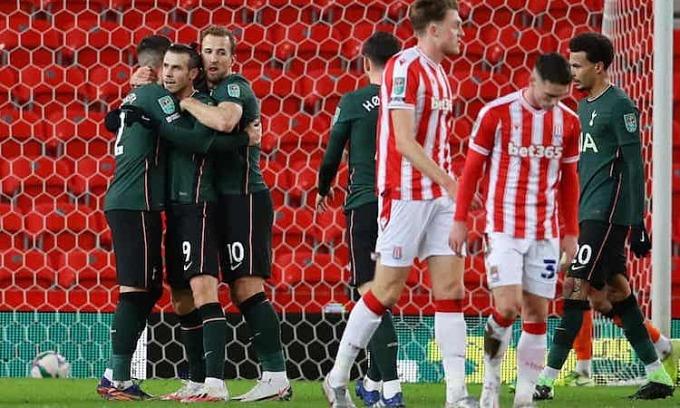 Bale chia vui cùng đồng đội sau khi mở tỷ số trận đấu. Ảnh: Reuters.