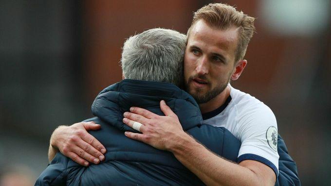 Kane được yêu cầu phòng ngự nhiều hơn dưới thời Mourinho, và cải thiện đáng kể kỹ năng này trong mùa 2020-2021. Ảnh: Reuters.