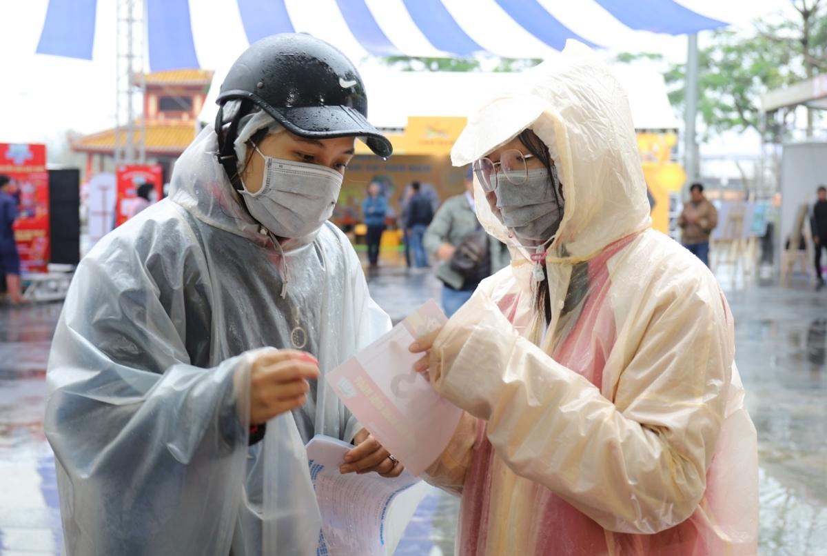 Phụ huynh đội mưa nhận race kit cho runner Kun Marathon Huế