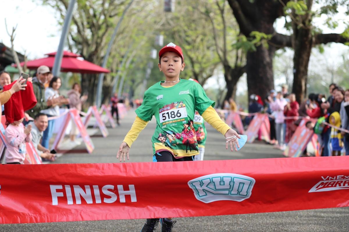 Những runner cán đích đầu tiên trên đường chạy nhí
