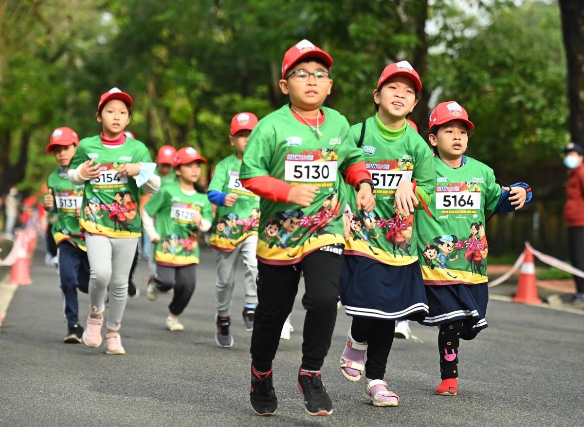 Những runner nhí cán đích đầu tiên tại Kun Marathon Huế