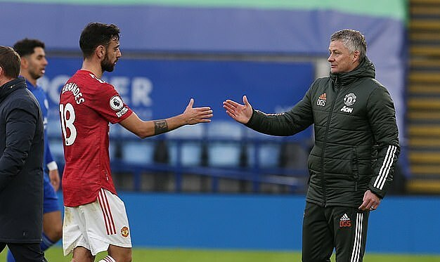 HLV Solskjaer (phải) bắt tay Fernandez sau trận đấu với Leicetser. Ảnh: Man Utd.