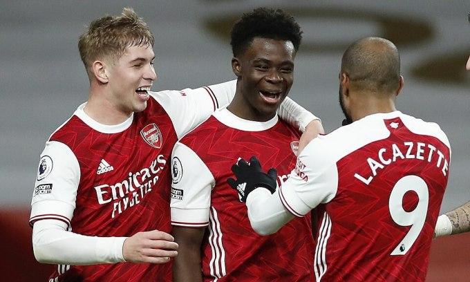 Smith Rowe, Saka và Lacazette (từ trái sang) mừng chiến thắng đầu tiên của Arsenal sau chuỗi bảy trận chỉ hòa và thua. Ảnh: Reuters