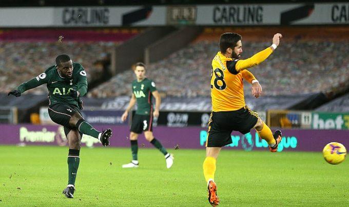 Ndombele (trái) ghi bàn thứ hai ở Ngoại hạng Anh mùa này. Ảnh: Tottenham FC.