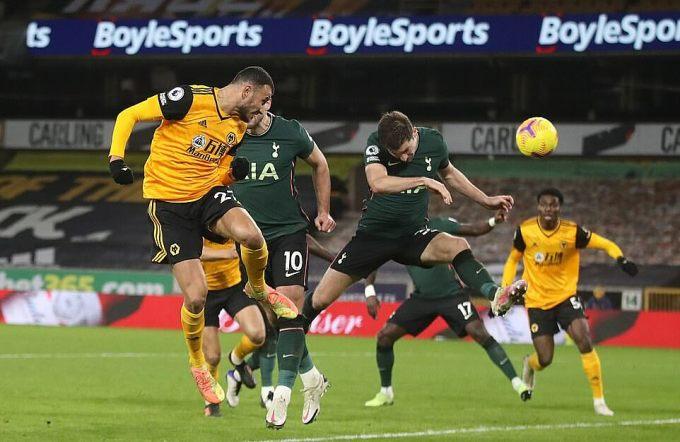 Saiss (trái) đánh đầu gỡ hòa 1-1 cho Wolves ở phút 86. Ảnh: EPA.