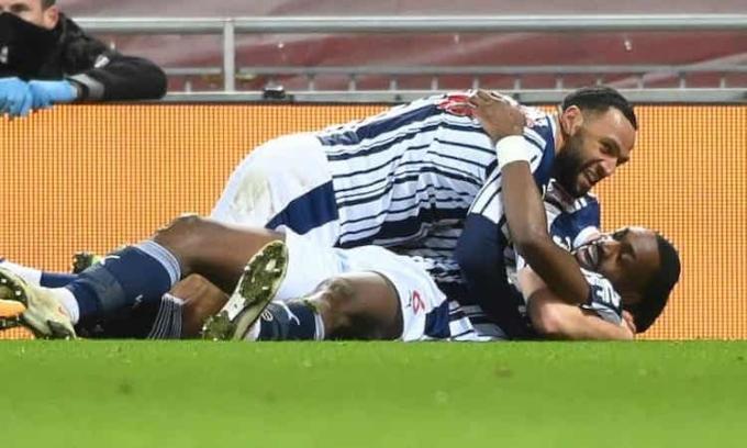 Ajayi chia vui sau khi ghi bàn gỡ hoà cho West Brom. Ảnh: EPA.
