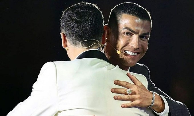Ronaldo (phải) ôm Lewandowski tại lễ trao Globe Soccer Awards tối 27/12. Ảnh: Globe Soccer