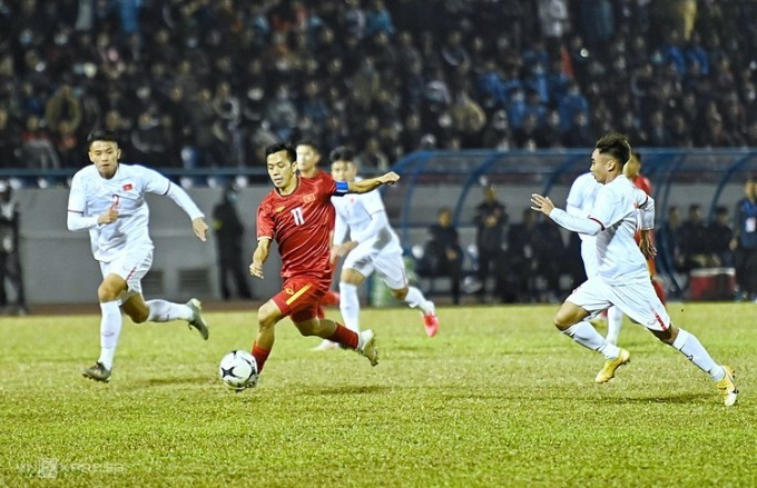 Văn Quyết (đỏ) đi bóng trong sự truy đuổi của các cầu thủ U22, trong trận giao hữu trên sân Cẩm Phả (Quảng Ninh) hôm 23/12. Ảnh: Giang Huy.