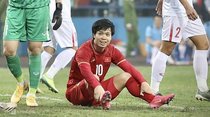 Công Phượng cười trừ sau khi bỏ lỡ cơ hội, trong trận đấu giữa ĐTQG và U22 ở sân Việt Trì (Phú Thọ) ngày 27/12. Ảnh: Kim Hòa.