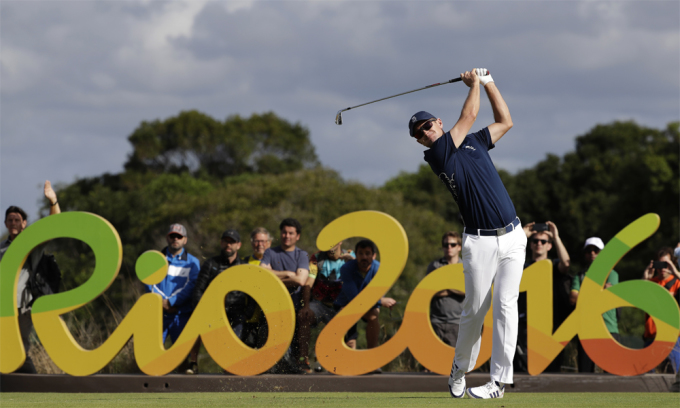 Justin Rose phát bóng ở hố 16 vòng đầu, nội dung golf cá nhân nam Olympic 2016 ở Rio de Janeiro, Brazil. Đây mới là lần đầu tiên sau 112 năm golf xuất hiện ở Thế vận hội. Ảnh: AP