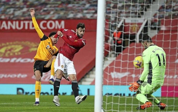 Cơ hội duy nhất trong hiệp một của Man Utd, đến sau cú sút cận thành của Fernandes. Ảnh: AP.