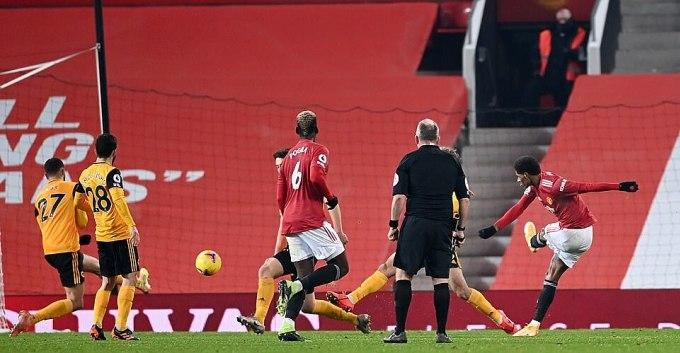Cú sút quyết định của Rashford, mang chiến thắng về cho Man Utd. Ảnh: Reuters.
