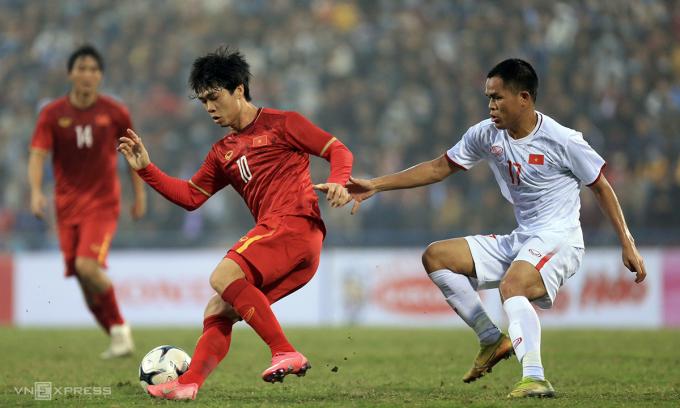 Công Phượng (trái) đá chính trong trận gặp U22 Việt Nam chiều 27/12 nhưng tịt ngòi. Các tiền đạo khác của đội tuyển vào sân trận này, như Hà Đức Chinh, Văn Toàn, Phan Văn Đức cũng không ghi bàn. Ảnh: Minh Minh.