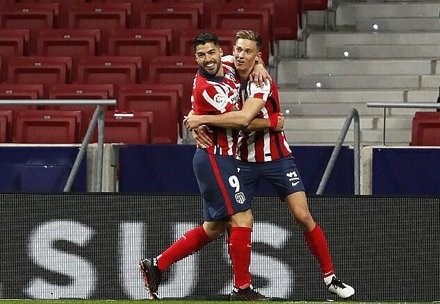 Llorente (phải) chia vui cùng Suarez sau bàn mở tỷ số. Ảnh: Reuters.