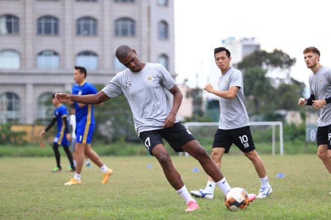 Bruno tập luyện cùng các đồng đội mới. Ảnh: Hanoi FC