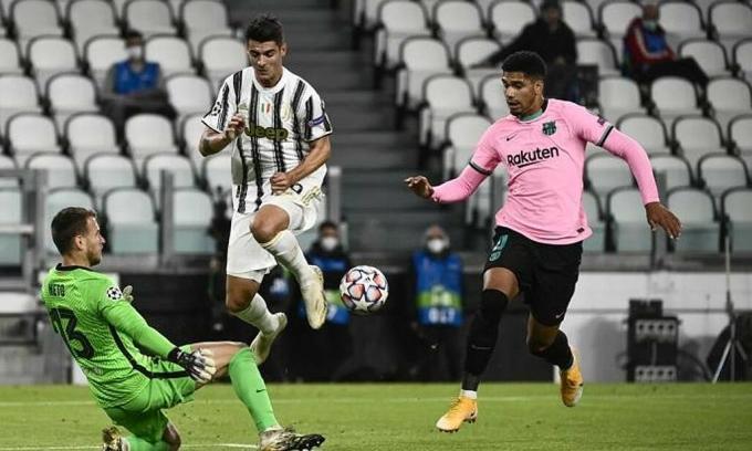 Juventus (áo sọc trắng đen) trong trận thua Barca 0-2 trên sân nhà ở vòng bảng Champions League hôm 28/10. Ảnh: Lapresse