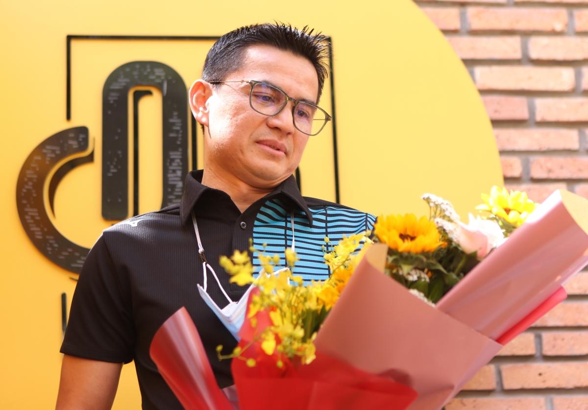 Kiatisuk trổ tài đàn, hát bằng tiếng Việt