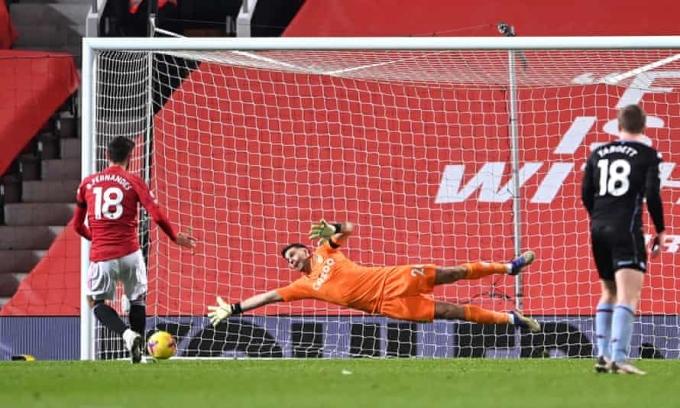 Bruno Fernandes thực hiện quả phạt đền ấn định chiến thắng 2-1 cho Man Utd trước Aston Villa, chiến thắng đưa Quỷ Đỏ lên sánh vai với Liverpool. Ảnh: Reuters.