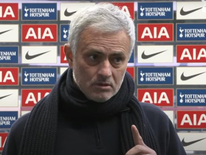 Mourinho hai lần giơ ngón tay lên khi nói Son ghi nhiều bàn mà không cần phạt đền, và ông không ám chỉ Harry Kane. Ảnh: MEN