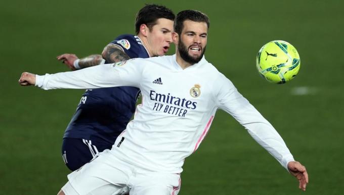 Nacho (áo trắng) làm tốt nhiệm vụ thay thế Ramos. Anh bốn lần phá bóng, ba lần tắc bóng giải nguy cho Real Madrid. Ảnh: EFE