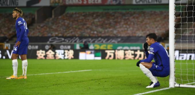 Silva (phải) đang trải nghiệm sự khắc nghiệt trong mùa đầu tiên chơi ở Anh. Ảnh: Reuters.
