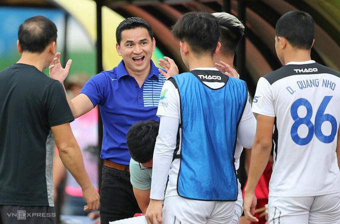 HLV Kiatisuk Senamaung có một trận thắng và một trận hoà tại giải giao hữu sau khi trở lại dẫn dắt HAGL. Ảnh: Đức Đồng.