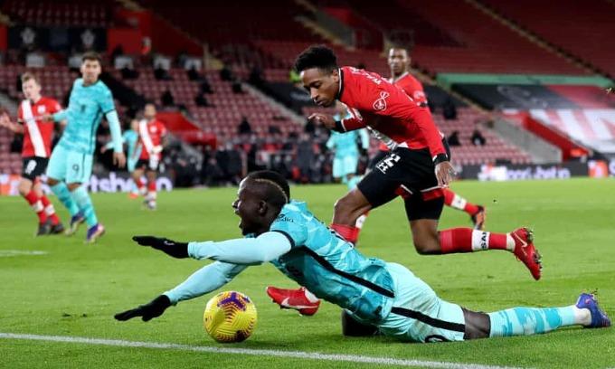 Tình huống Mane ngã trong cấm địa Southampton ở phút 59. Ảnh: AP