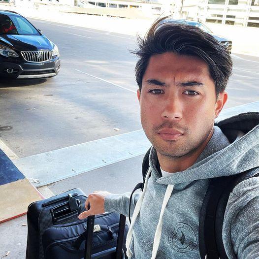 Lee Nguyễn đăng ảnh lên trang cá nhân trước khi lên máy bay. Ảnh: FBNV.