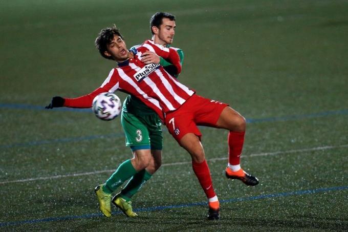 Joao Felix thất bại trong một pha tranh chấp với cầu thủ Cornella hôm 6/1. Ảnh: EFE