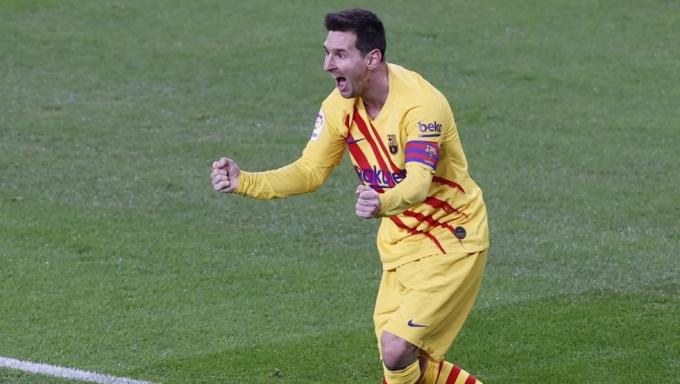 Messi chia vui với đồng đội sau khi phát động tình huống dẫn đến bàn gỡ hòa 1-1 của Barca. Ảnh: EFE