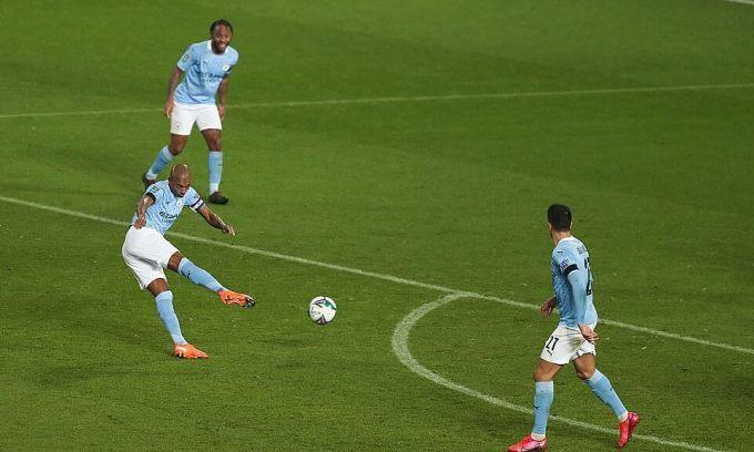 Cú vô lê ấn định chiến thắng 2-0 của Fernandinho. Ảnh: REX.