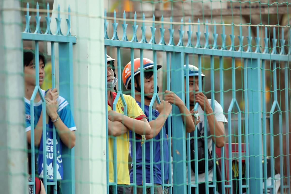 Khán giả kín khán đài xem Sài Gòn FC giao hữu