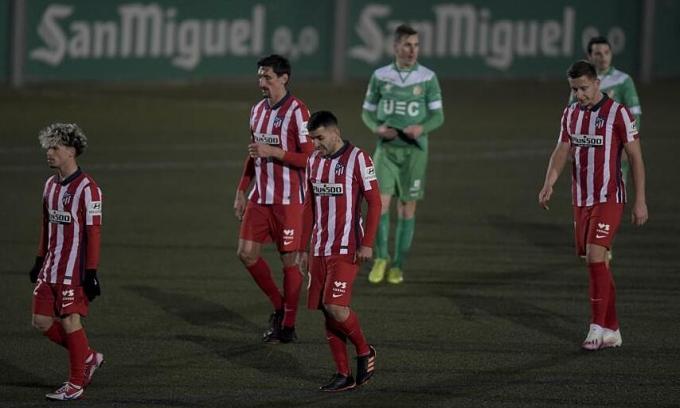 Các cầu thủ Atletico Madrid rời sân sau tiếng còi tan trận thua chủ nhà Cornella 0-1 hôm 6/1. Ảnh: Mundo Deportivo