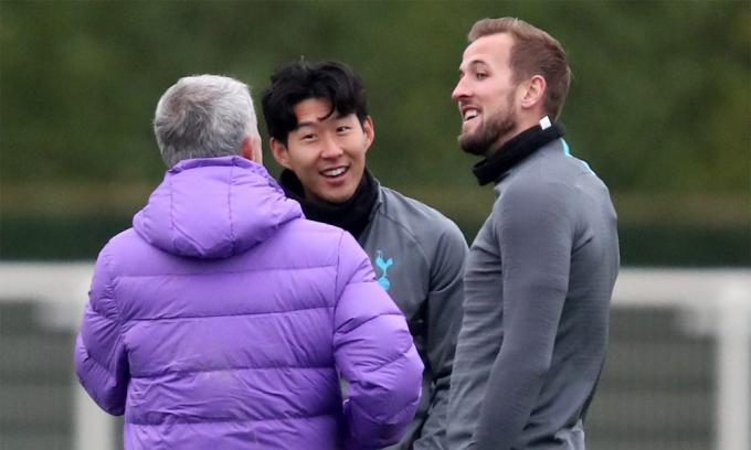 Son và Kane đang bay bổng, nhưng vẫn là nỗi lo của Tottenham và Mourinho. Ảnh: PA