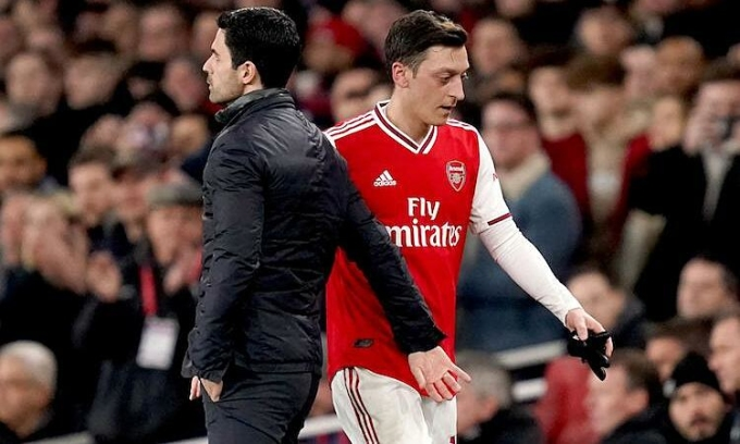 Arteta muốn Ozil rời Arsenal với sự đồng thuận trong tháng Một. Ảnh: PA.