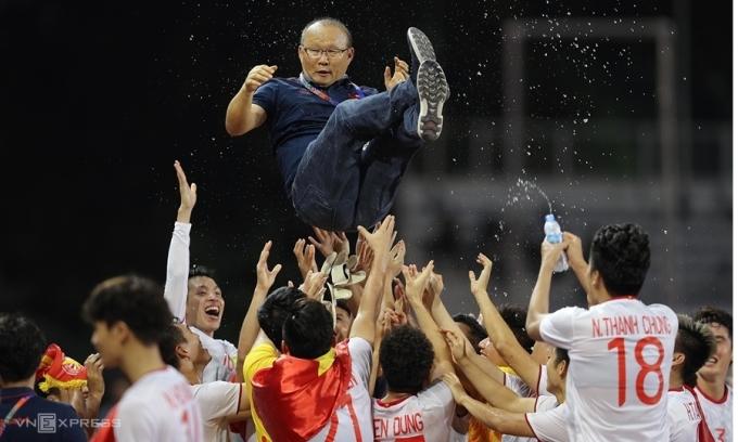 Các cầu thủ công kênh HLV Park sau khi giành HC vàng SEA Games 2019. Ảnh: Đức Đồng.