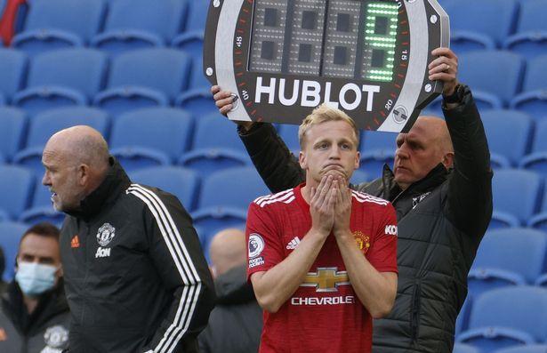 De Beek thường xuyên phải vào sân từ ghế dự bị trong màu áo Man Utd. Ảnh: EPA.