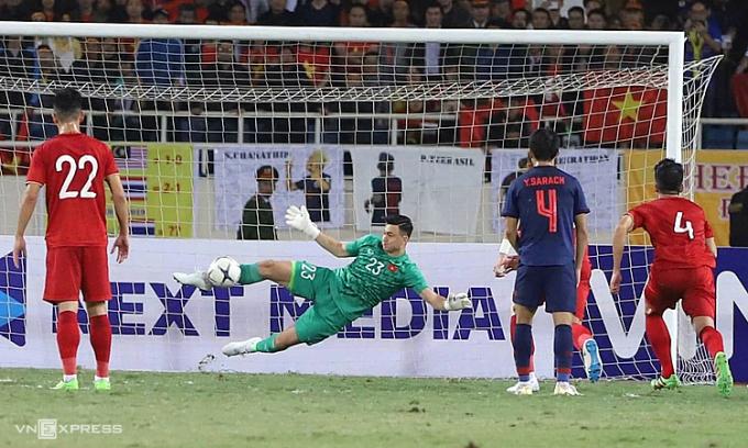 Văn Lâm cản phá thành công quả đá 11m khi Việt Nam hoà Thái Lan 0-0 tại Mỹ Đình, ở vòng loại World Cup 2022.