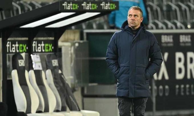 Hansi Flick thất vọng rời khu kỹ thuật sau tiếng còi tan trận trên sân Borussia Park hôm 8/1. Ảnh: Kicker