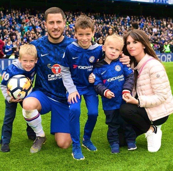 Hazard cùng vợ Natacha Van Honacker, và các con (từ trái sang) Leo, Yannis và Samy mừng chức vô địch Ngoại hạng Anh cùng Chelsea năm 2017. Đến tháng 10/2019, anh chào đón cậu con trai thứ tư. Ảnh: The Sun