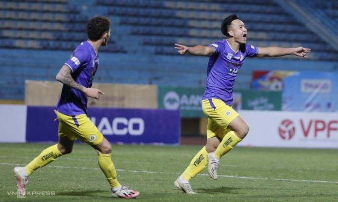 Việt Anh (phải) từng ghi bốn bàn ở V-League 2020, nay tiếp tục mang về Siêu Cup cho Hà Nội. Ảnh: Lâm Thỏa