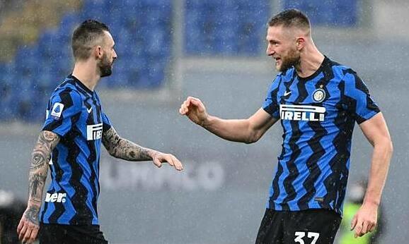 Skriniar (phải) chia vui với Brozovic sau bàn gỡ hòa cho Inter. Ảnh: Gazzetta