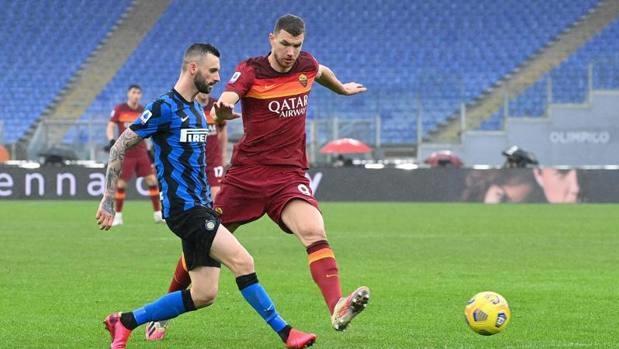 Dzeko (phải) ập vào tranh bóng với Brozovic - cầu thủ kiến tạo cả hai bàn cho Inter trận này. Ảnh: Gazzetta
