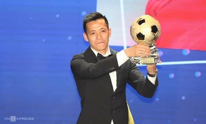Văn Quyết đoạt Quả Bóng Vàng 2020. Anh ghi năm bàn trong 20 trận V-League 2020. Ảnh: Đức Đồng