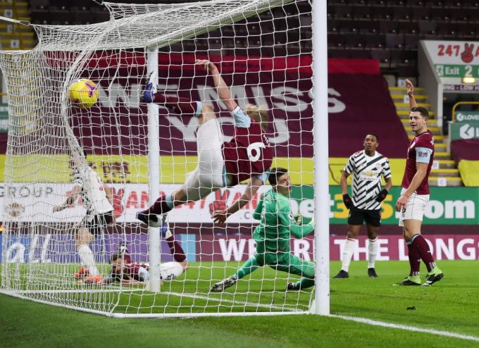 Maguire đánh đầu tung lưới Burnley nhưng không được công nhận bàn thắng. Ảnh: Times