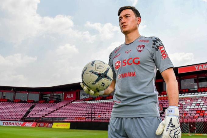 Đặng Văn Lâm quyết định rời Muangthong United sau khi nhận được nhiều lời mời chào đến từ Nhật Bản, Nga và Bồ Đào Nha.