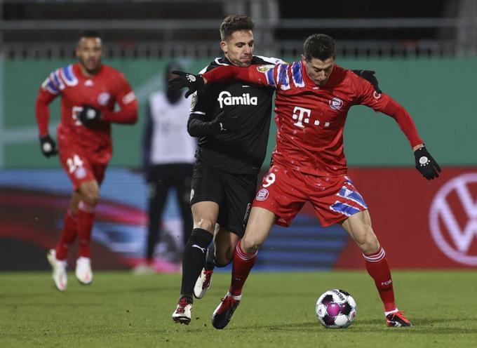 Lewandowski (phải) vào sân từ phút 74 nhưng không ghi được bàn. Ảnh: dpa