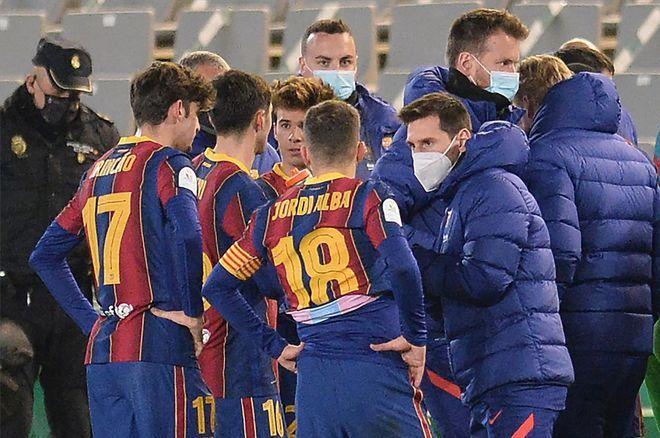 Messi chỉ có thể cố vấn cho dồng đội trong giờ nghỉ.