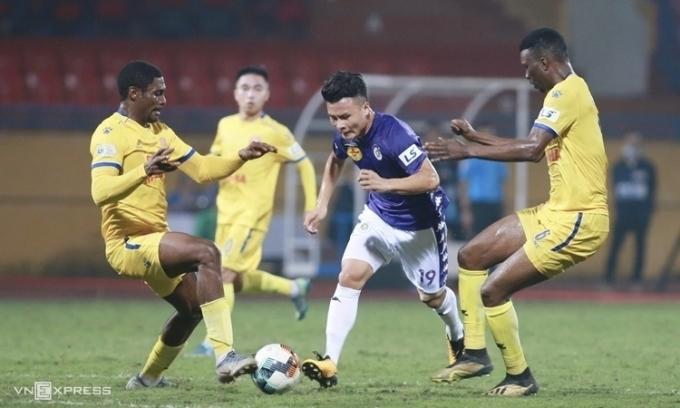 Quang Hải nỗ lực đi bóng khi Hà Nội hạ Nam Định 2-0 trên sân Hàng Đẫy, tại vòng một V-League 2020. Ảnh: Lâm Thoả